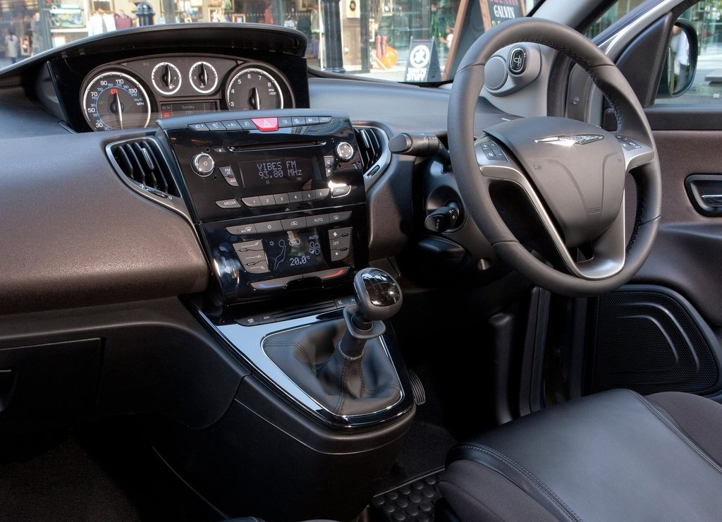 2012 Chrysler Ypsilon Interior (Photo 6 of 9)