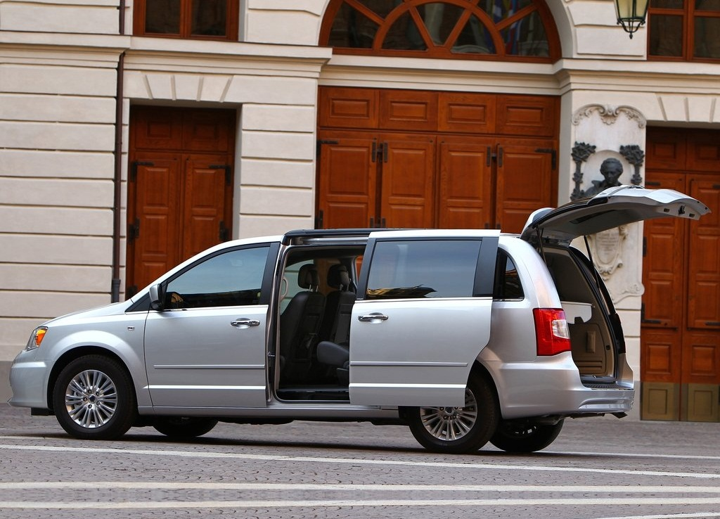 2012 Lancia Voyager Side (Photo 5 of 6)