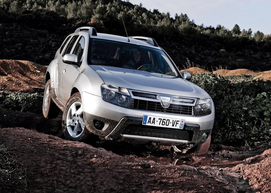 2011 Dacia Duster Front Angle (Photo 4 of 10)