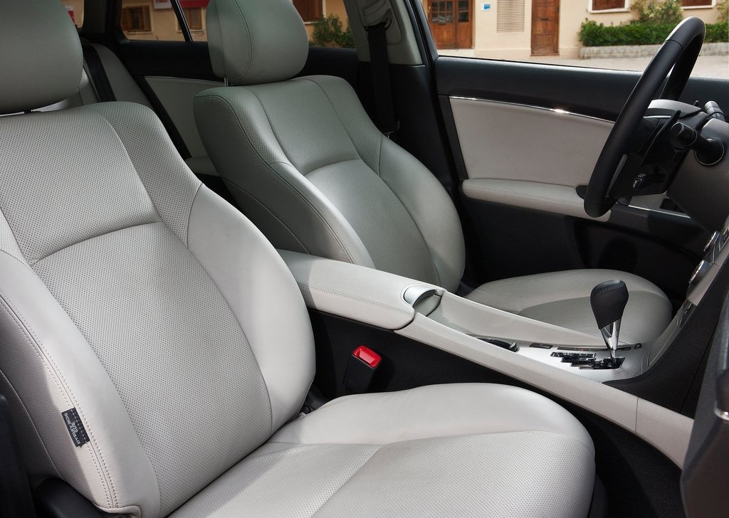 2012 Toyota Avensis Interior (Photo 6 of 11)