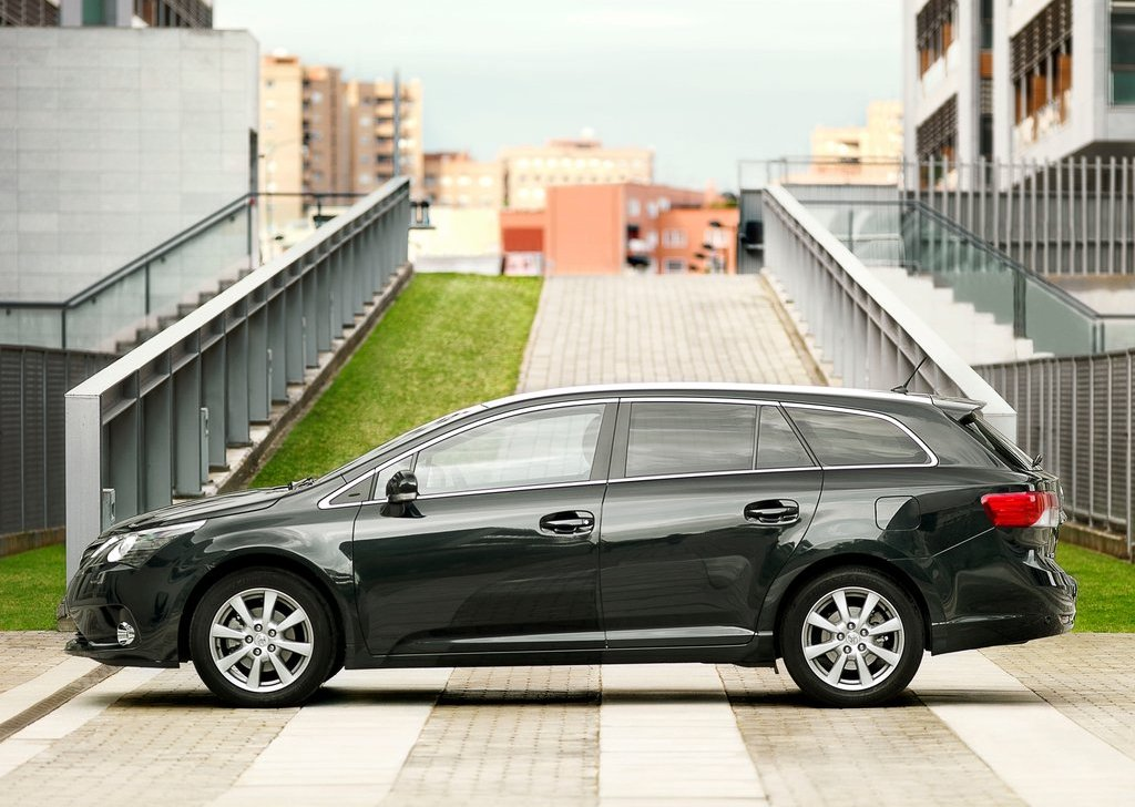 2012 Toyota Avensis Side (Photo 9 of 11)