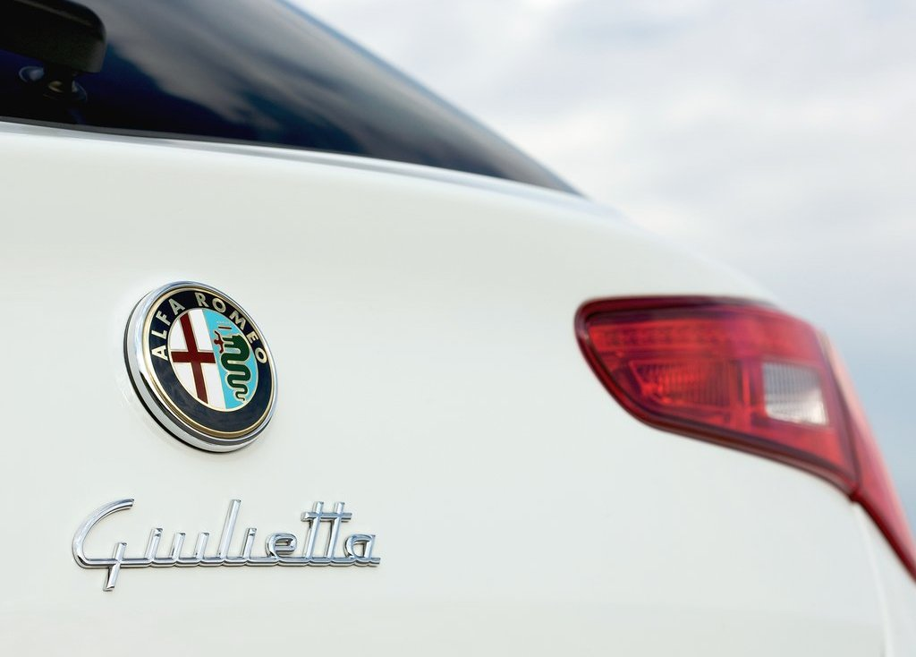 2011 Alfa Romeo Giulietta Emblem (Photo 7 of 26)