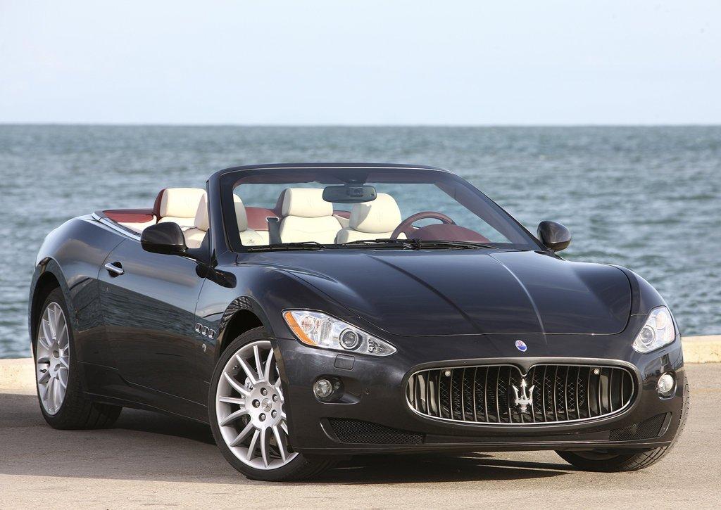 2011 Maserati GranCabrio Front Angle (Photo 3 of 9)