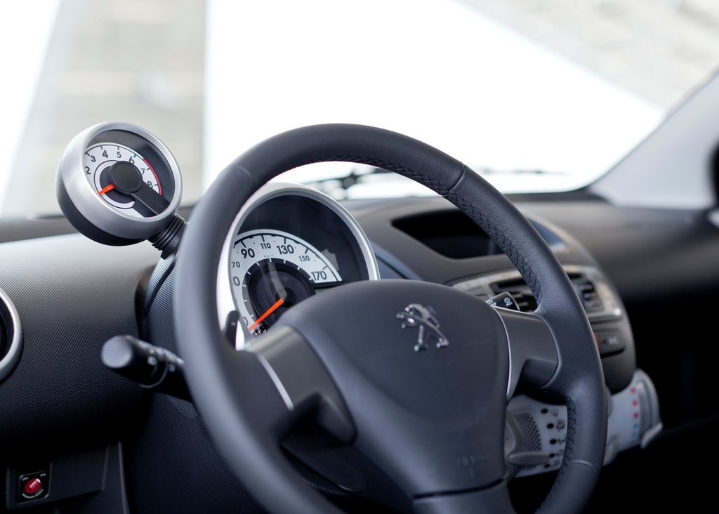2013 Peugeot 107 Interior (Photo 4 of 7)