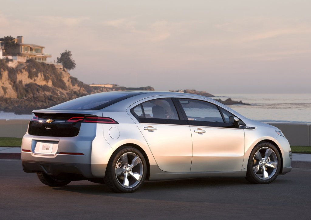 2012 Chevrolet Volt Rear Angle (Photo 23 of 31)