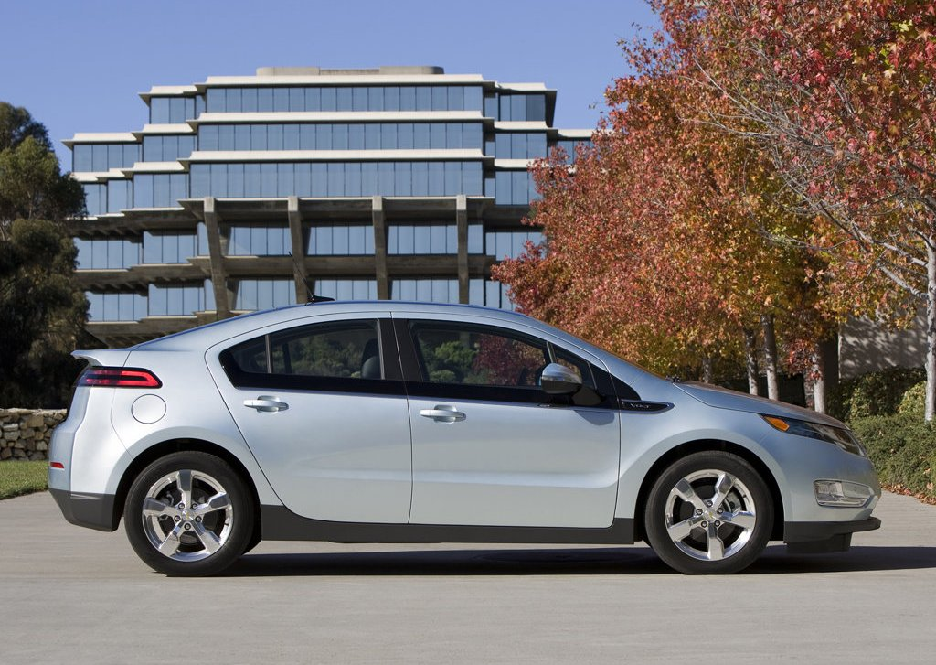 2012 Chevrolet Volt Right Side (Photo 24 of 31)