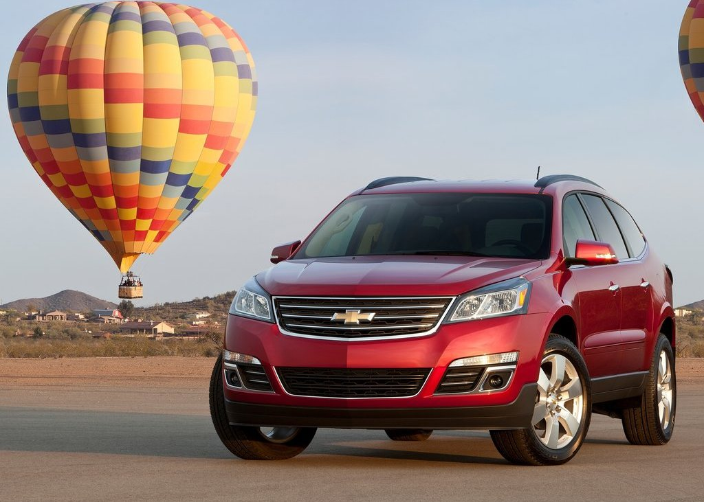 2013 Chevrolet Traverse Front Angle (Photo 5 of 10)