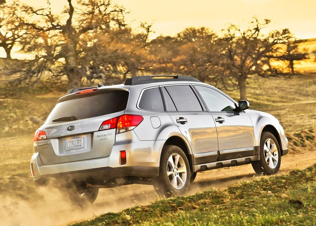 2013 Subaru Outback Rear Angle (Photo 7 of 9)