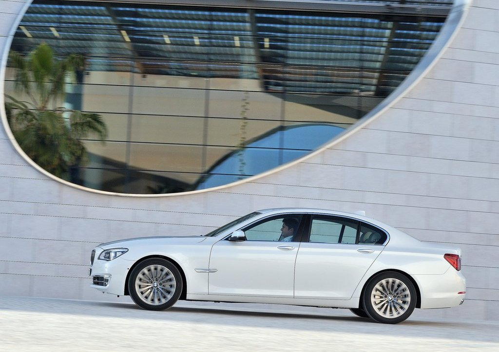 2013 BMW 7 Series Left Side (Photo 8 of 18)
