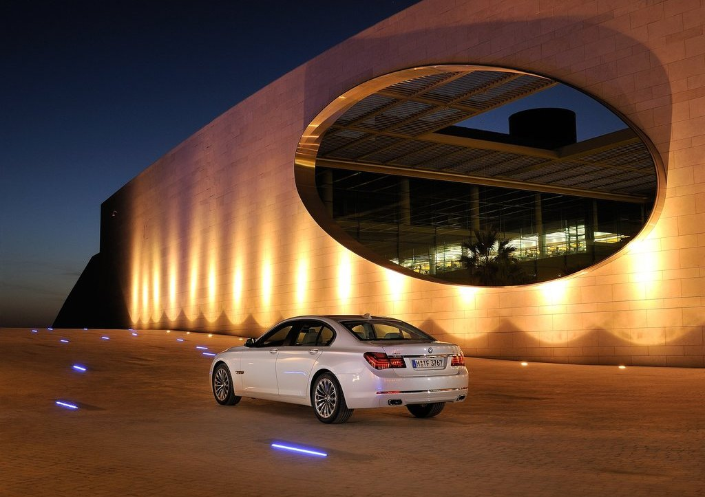 2013 BMW 7 Series Rear Angle (Photo 11 of 18)