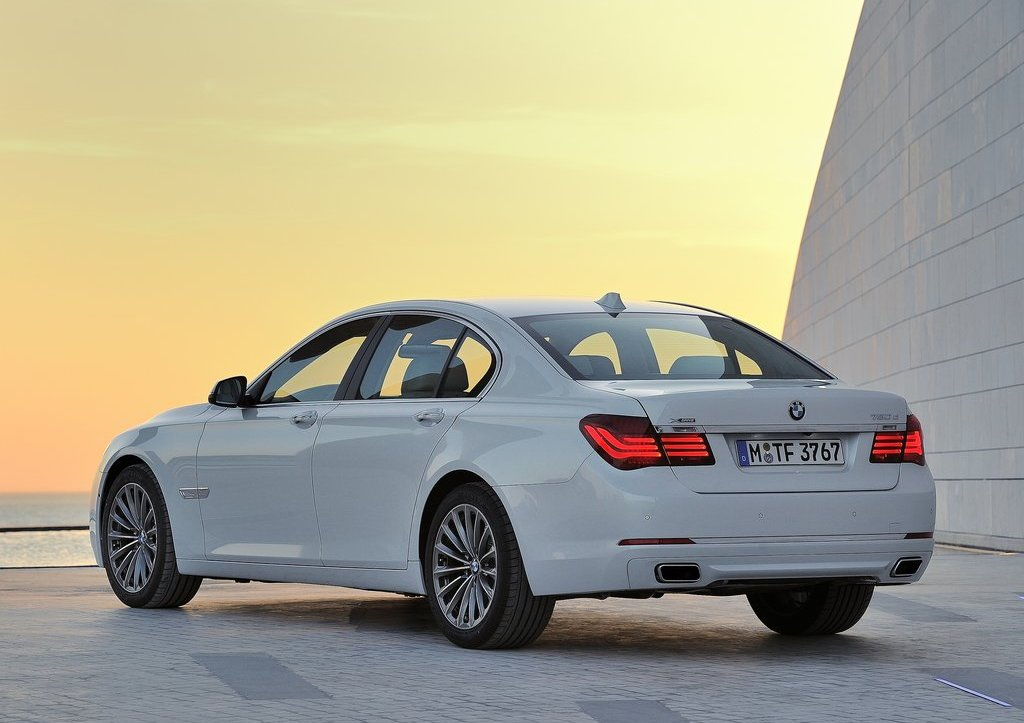 2013 BMW 7 Series Rear View (Photo 12 of 18)