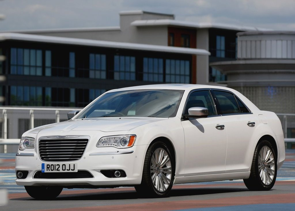2012 Chrysler 300C Front Angle (Photo 7 of 24)