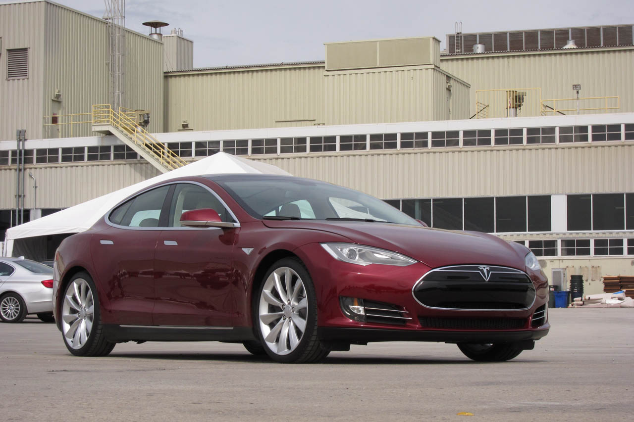 2012 Tesla Model S Front Angle (Photo 6 of 15)
