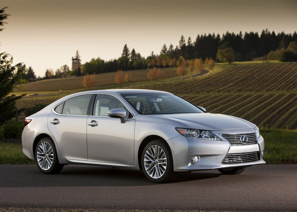 2013 Lexus ES350 Front Angle (View 2 of 15)