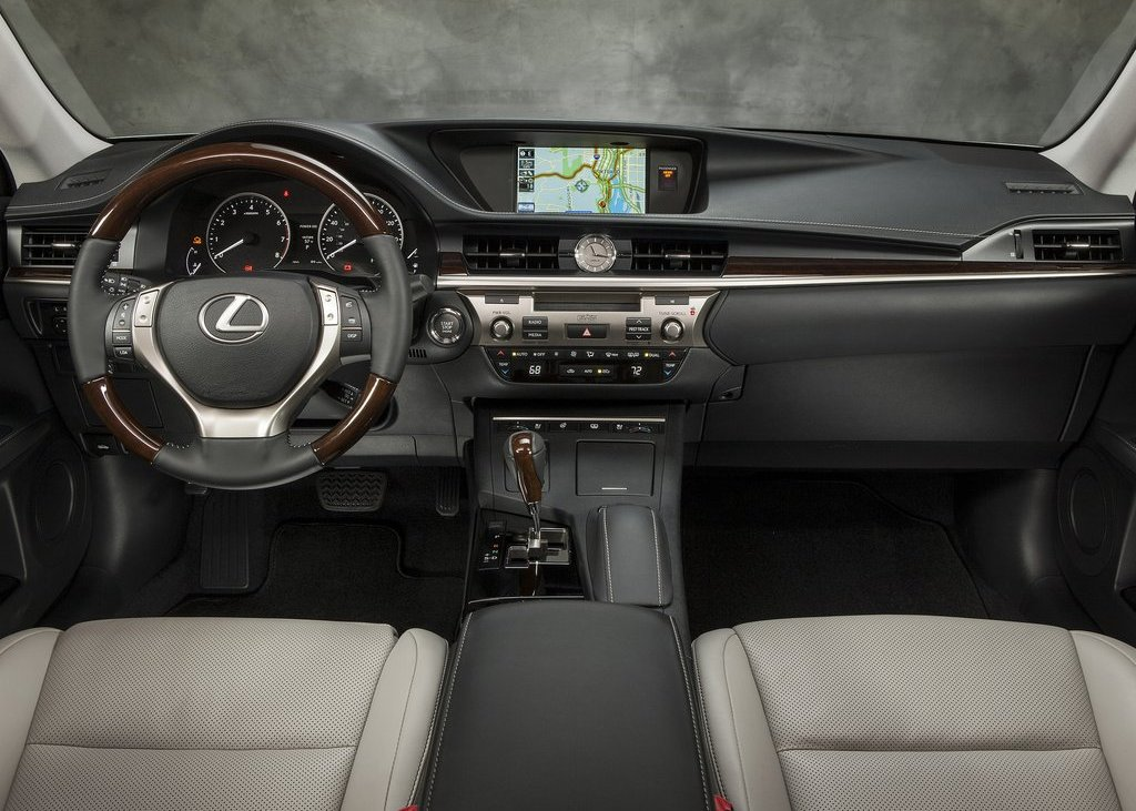 2013 Lexus ES350 Interior (Photo 8 of 15)