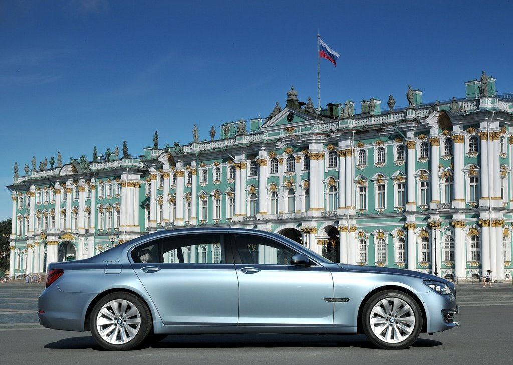2013 BMW 7 ActiveHybrid Right Side (Photo 12 of 14)