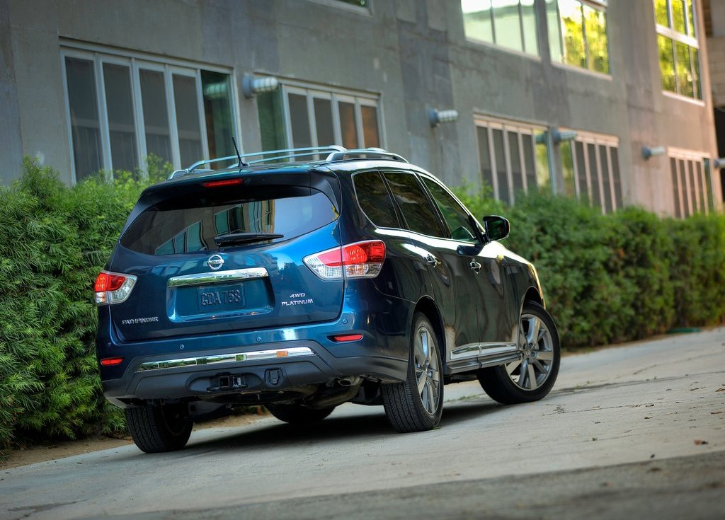 2013 Nissan Pathfinder Rear Angle (Photo 11 of 14)