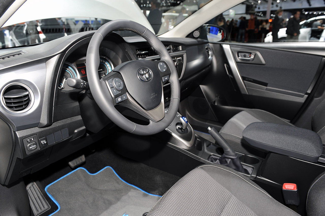 Toyota Auris Hybrid Interior (View 3 of 4)