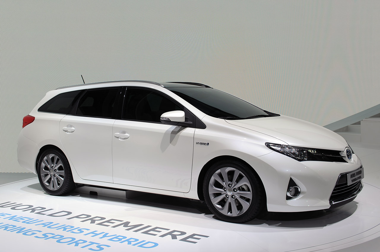 2013 Toyota Auris Hybrid at 2012 Paris Pictures Gallery (4 Images)
