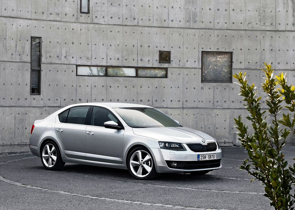 2013 Skoda Octavia Front Angle (Photo 2 of 4)