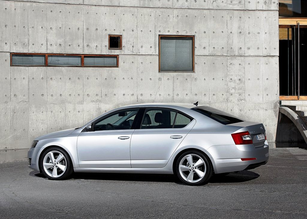 2013 Skoda Octavia Side View (Photo 4 of 4)