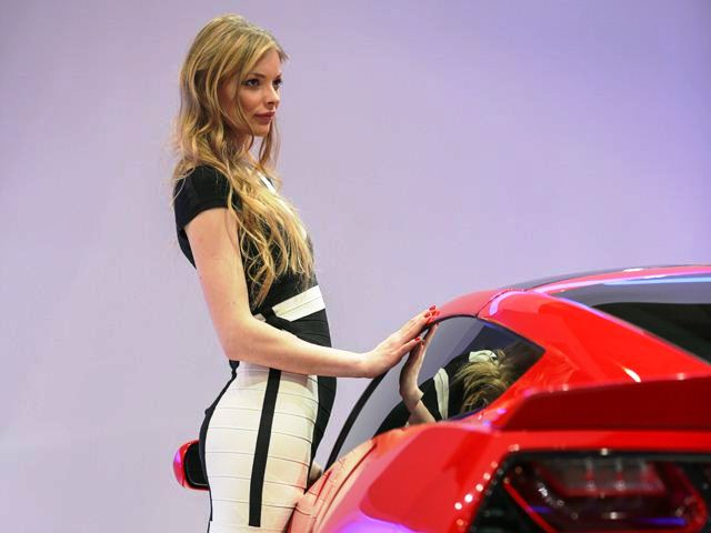 2013 Geneva Motor Show Woman (Photo 19 of 19)