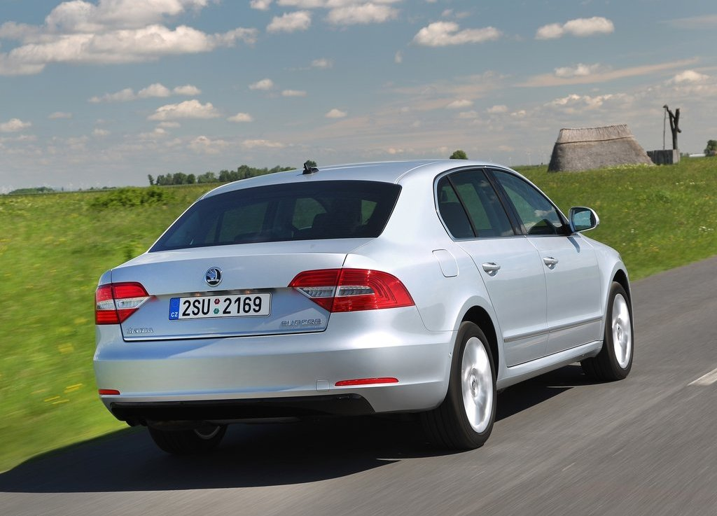 2014 Skoda Superb Rear Angle (Photo 5 of 8)