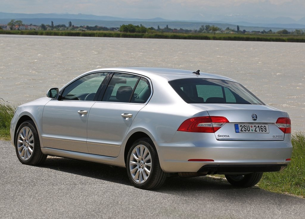 2014 Skoda Superb Rear View (Photo 6 of 8)
