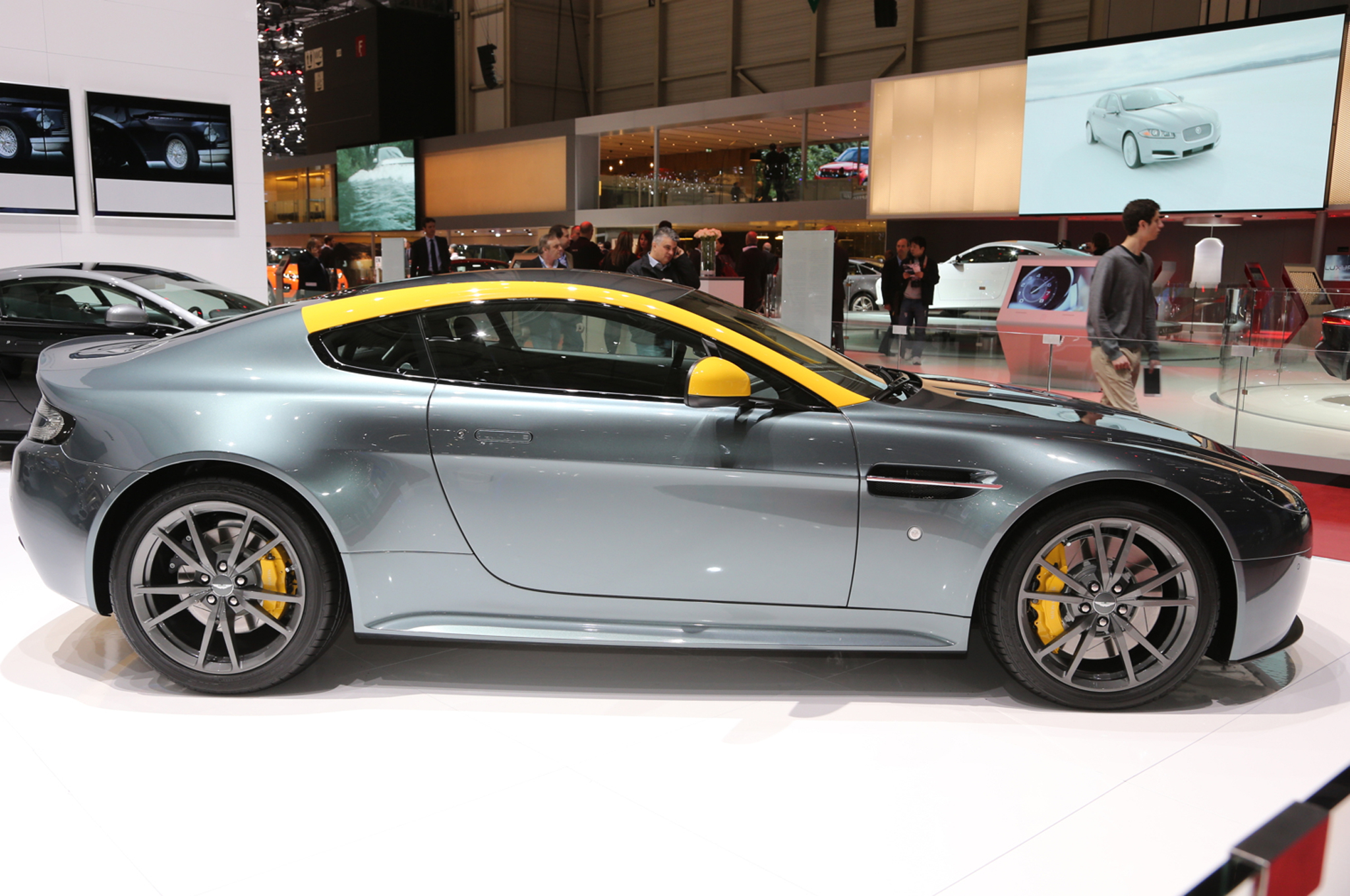 2015 Aston Martin V8 Vantage Gt Side View (Photo 6 of 7)