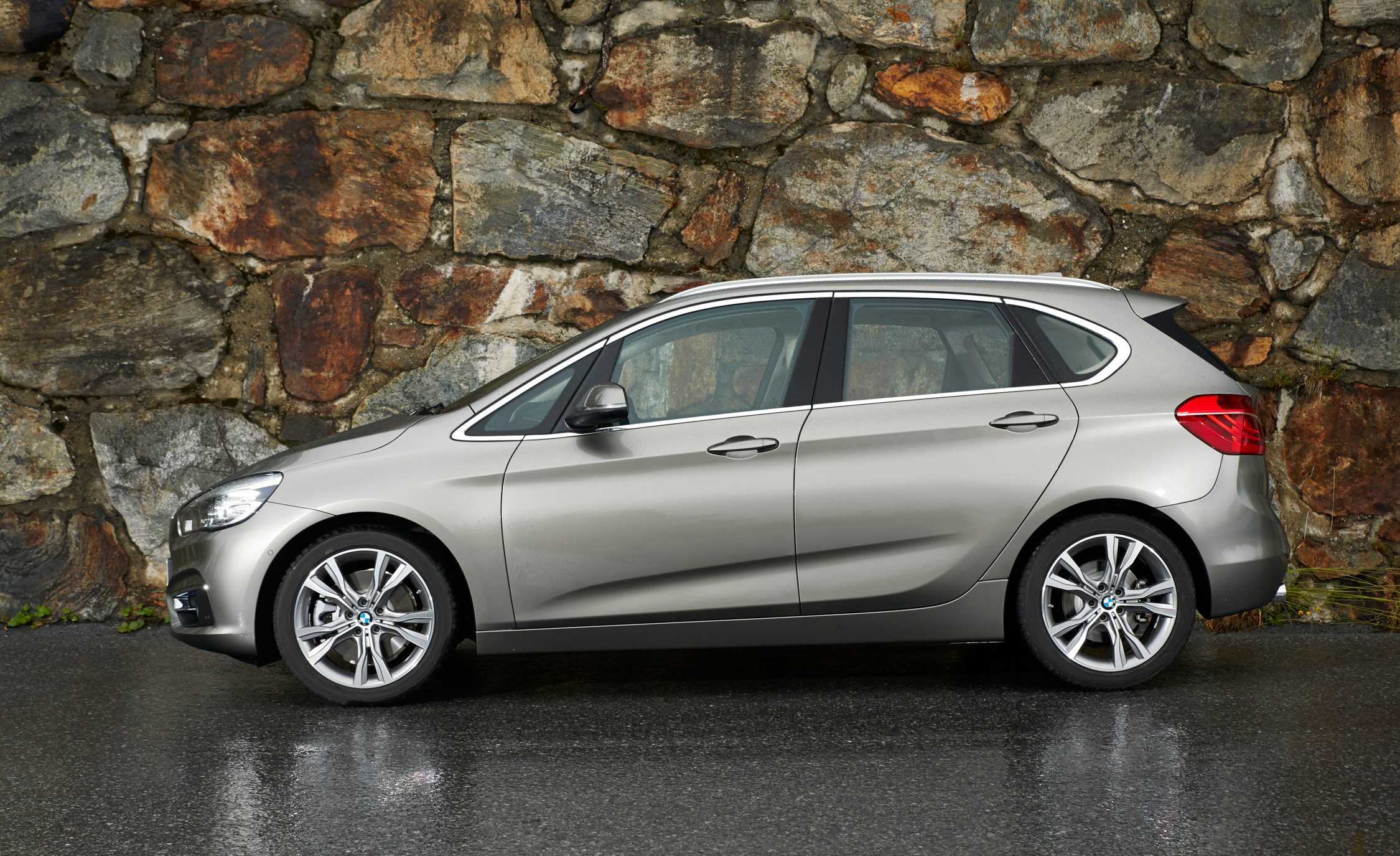 2015 BMW 225i Active Tourer (Euro Spec) (Photo 6 of 14)