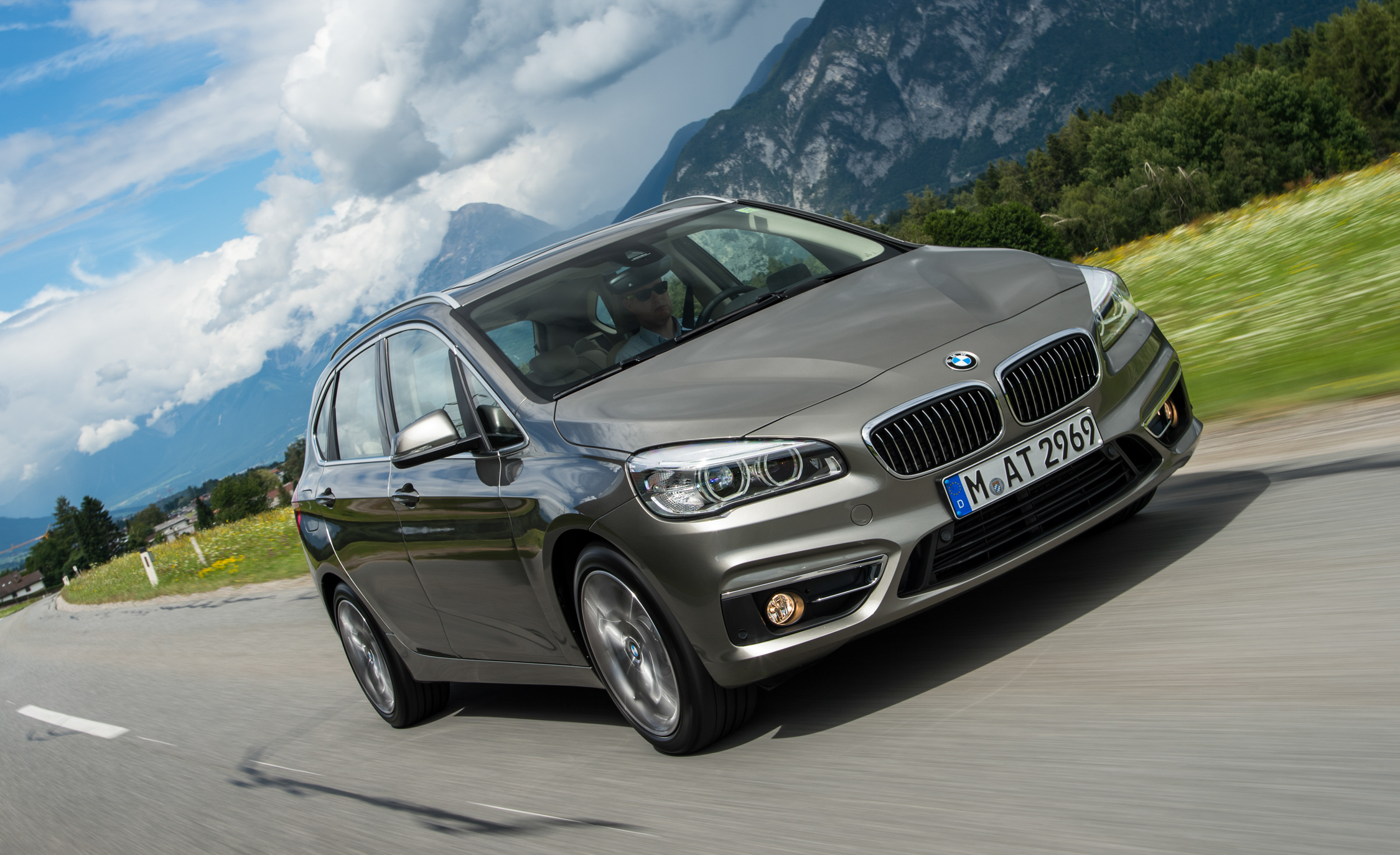 2015 BMW 225i Active Tourer (Euro Spec) (Photo 2 of 14)