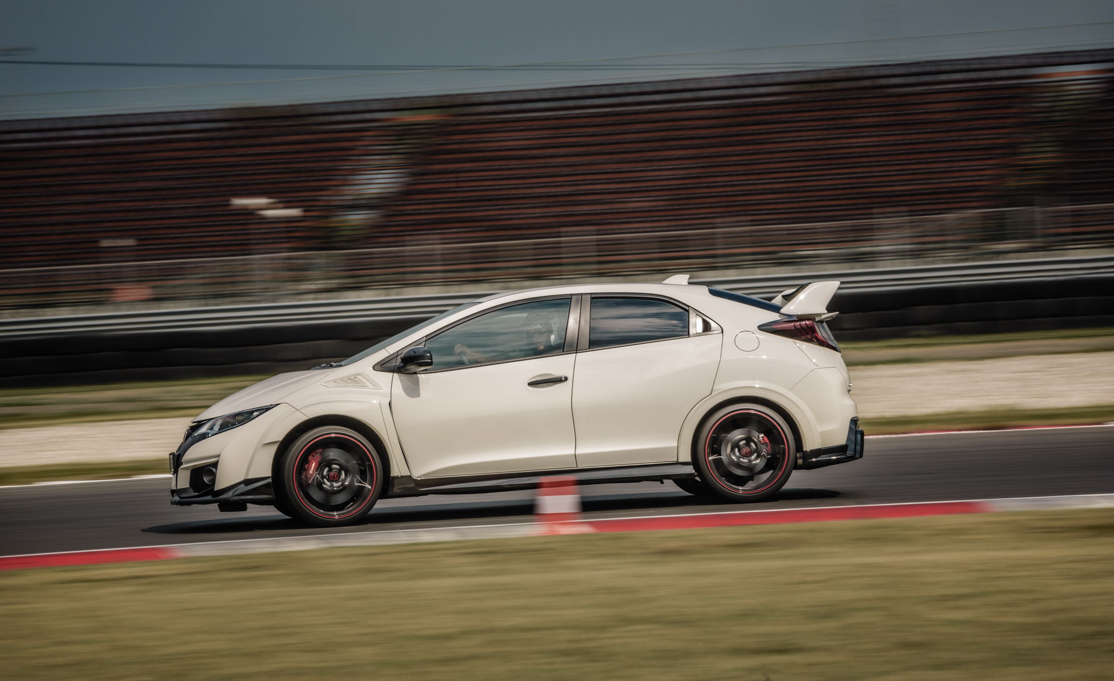 2015 Honda Civic Type R (Euro Spec) (Photo 20 of 34)