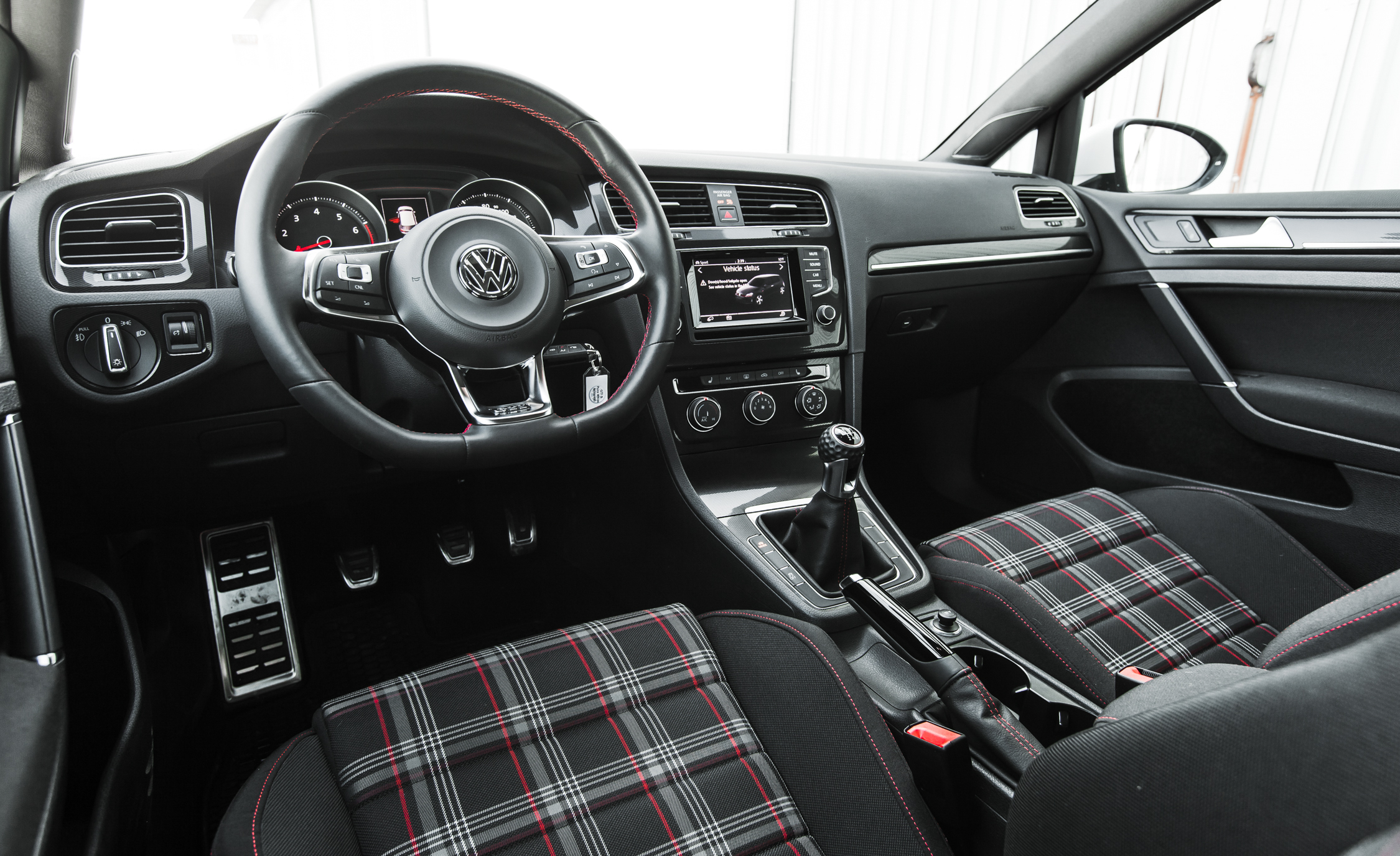 2015 Volkswagen GTI (Photo 25 of 55)