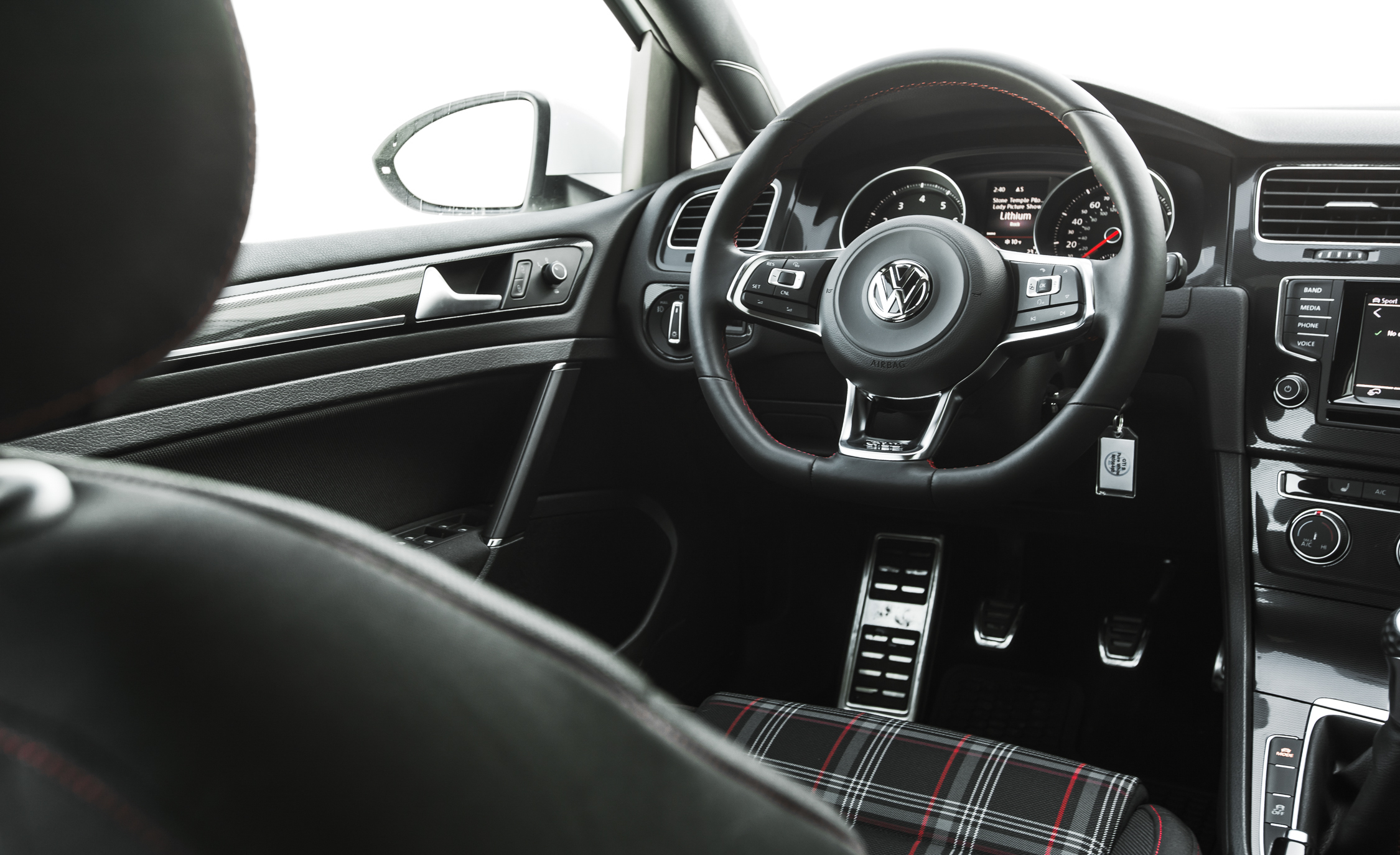 2015 Volkswagen GTI (Photo 24 of 55)