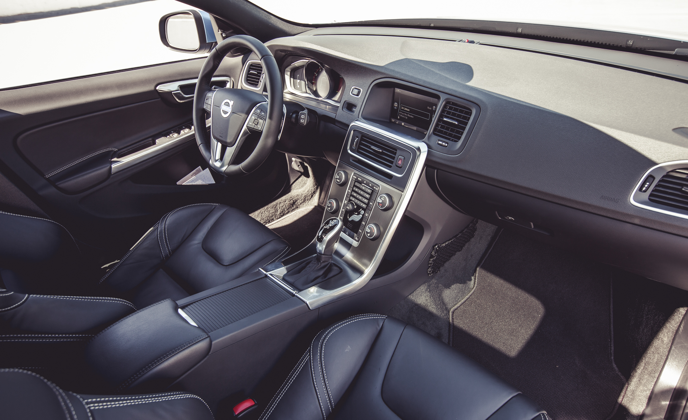 2015 Volvo V60 Interior (Photo 22 of 38)