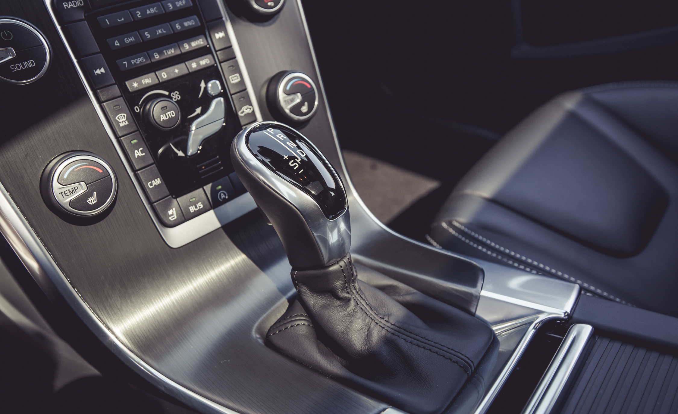 2015 Volvo V60 Shifter (Photo 27 of 38)