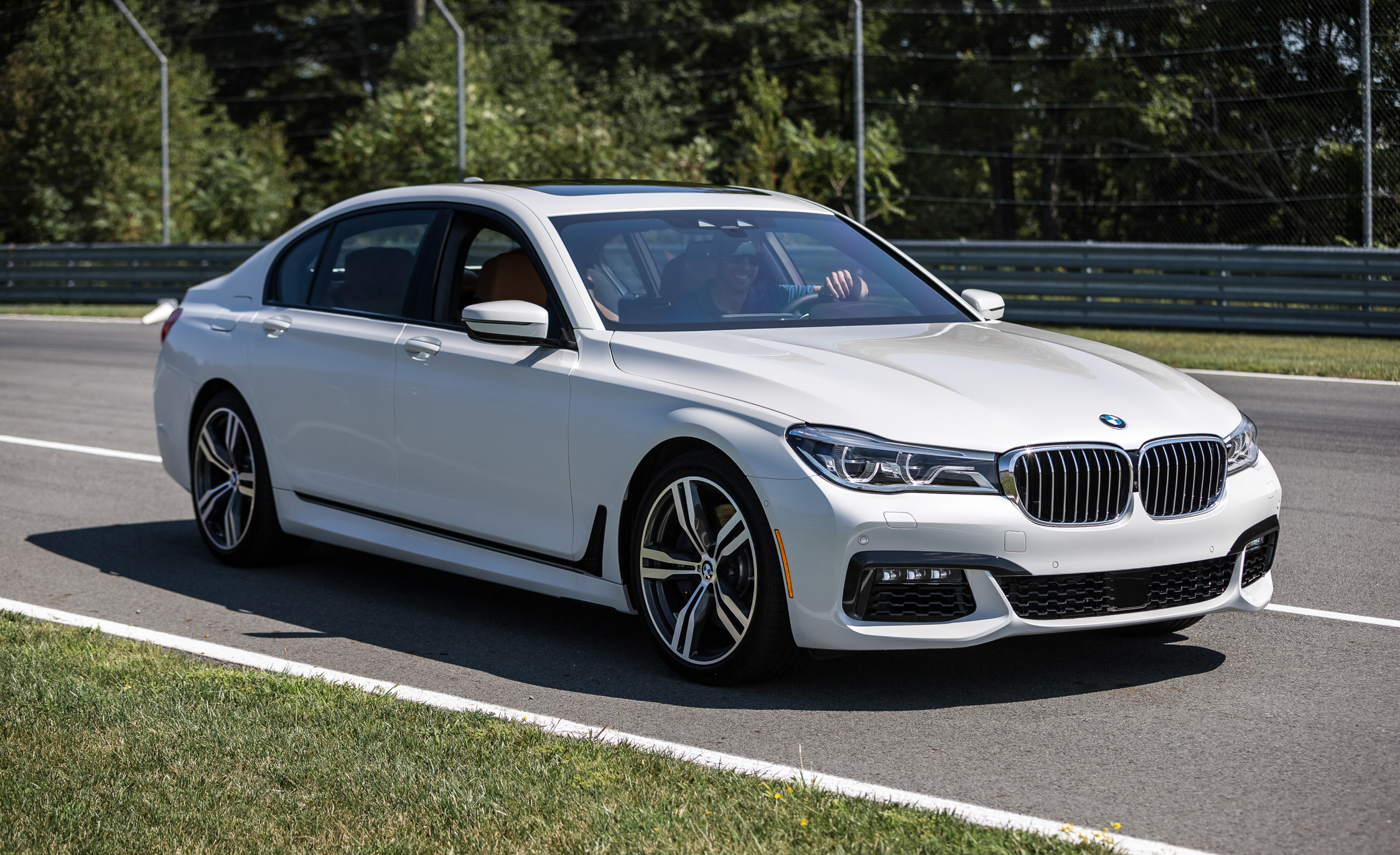 2016 BMW 750i xDrive Pictures Gallery (29 Images)