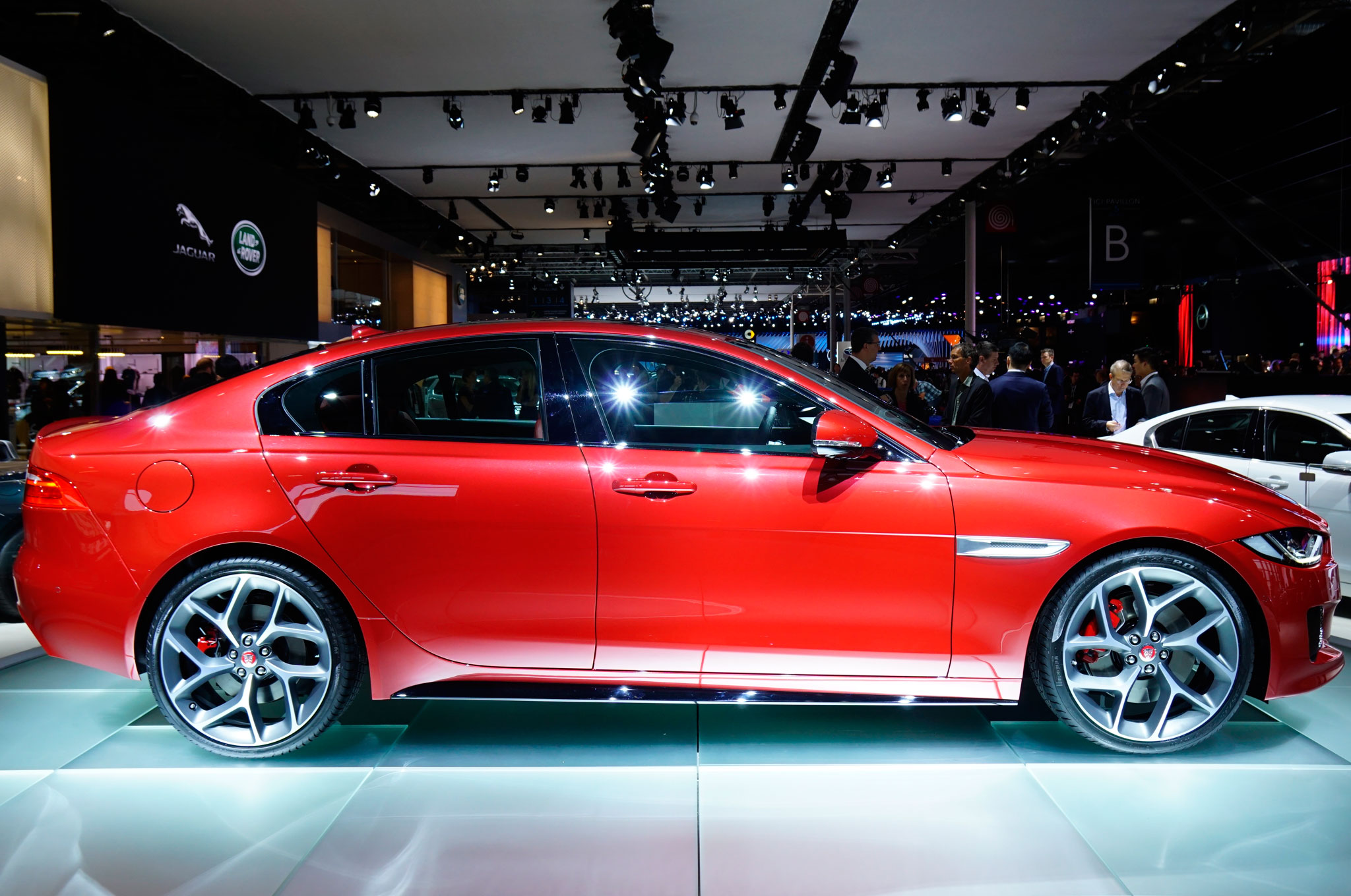 2016 Jaguar Xe Red (Photo 10 of 12)