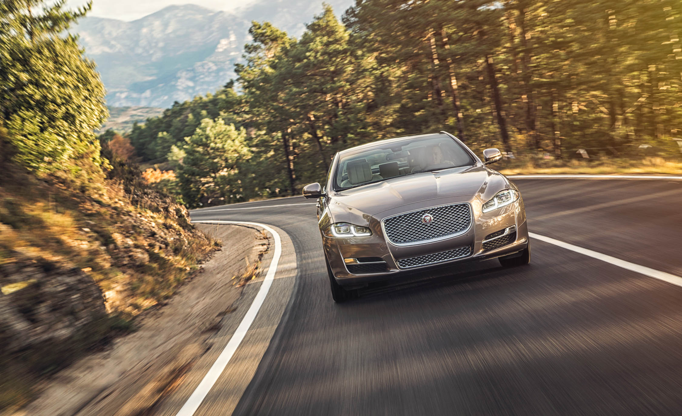 2016 Jaguar XJL (View 13 of 19)