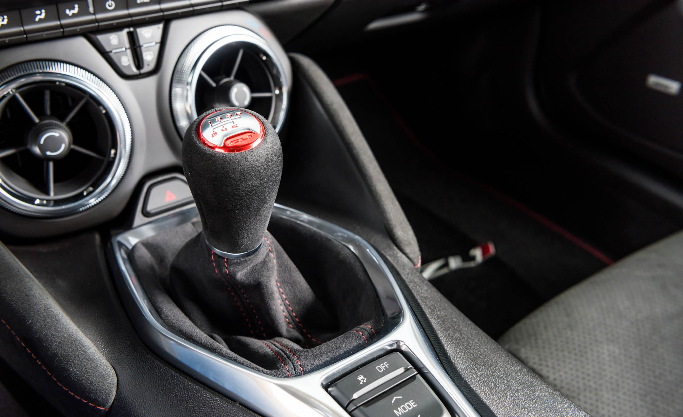 2017 Chevrolet Camaro ZL1 Interior View Gear Shift Knob (Photo 28 of 62)