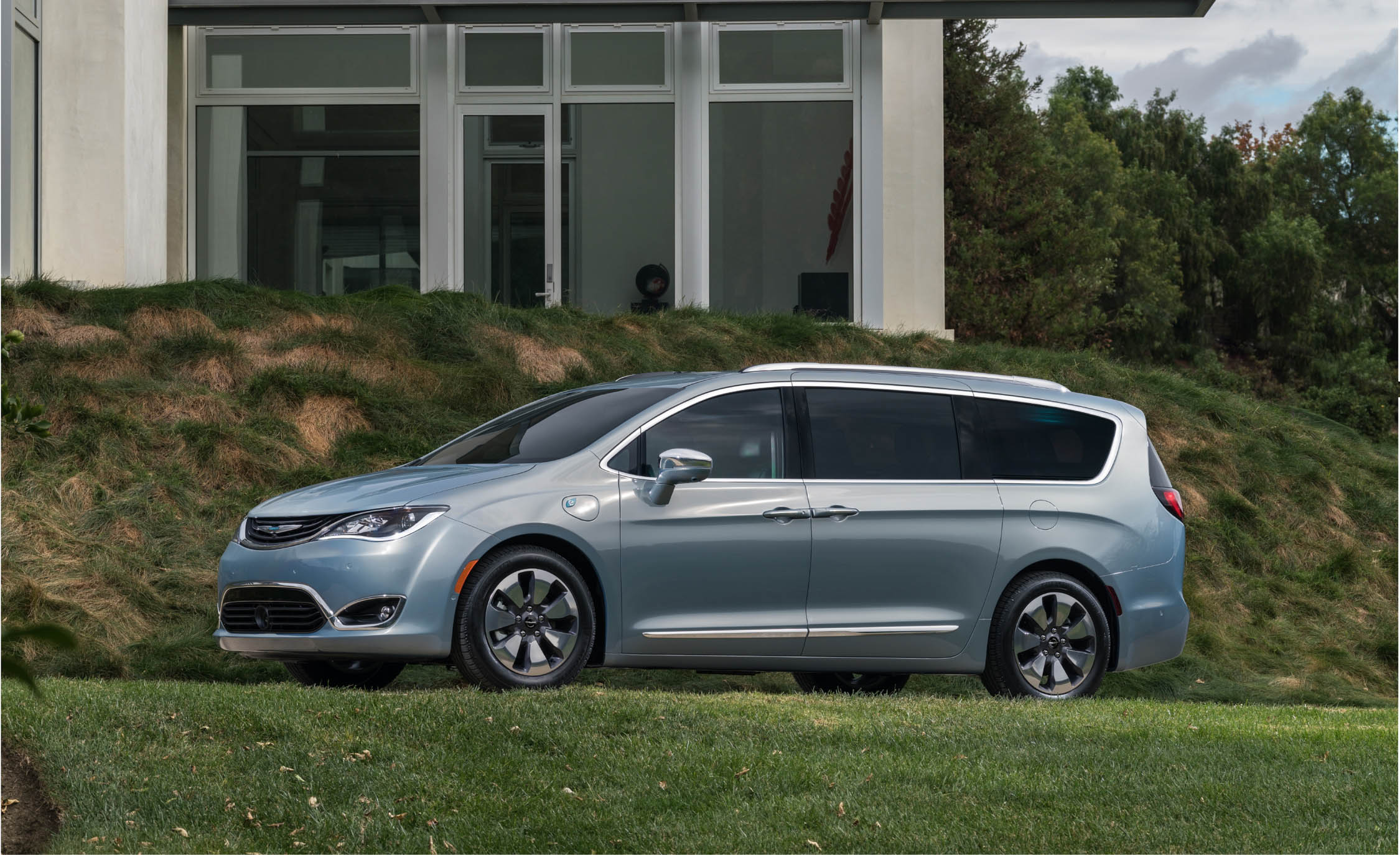 2017 Chrysler Pacifica Hybrid (Photo 4 of 10)