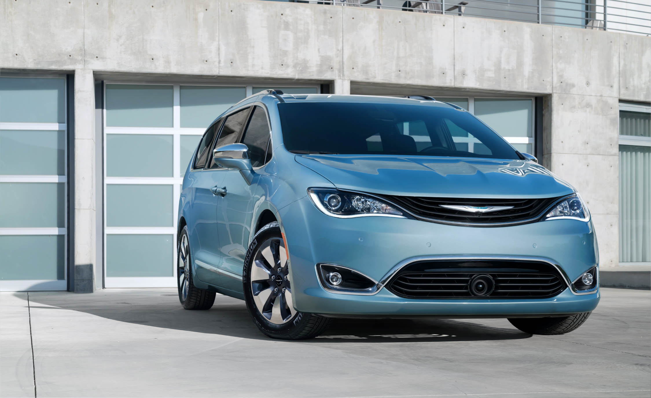 2017 Chrysler Pacifica Hybrid (Photo 8 of 10)