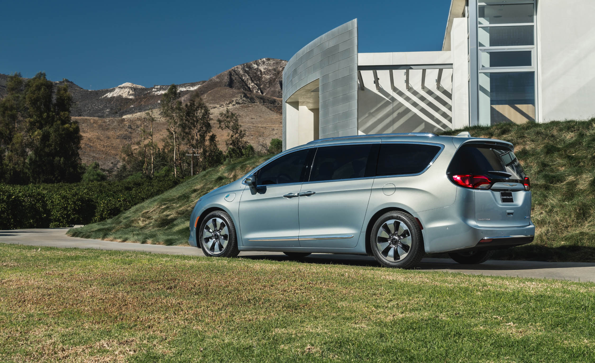 2017 Chrysler Pacifica Hybrid (Photo 2 of 10)