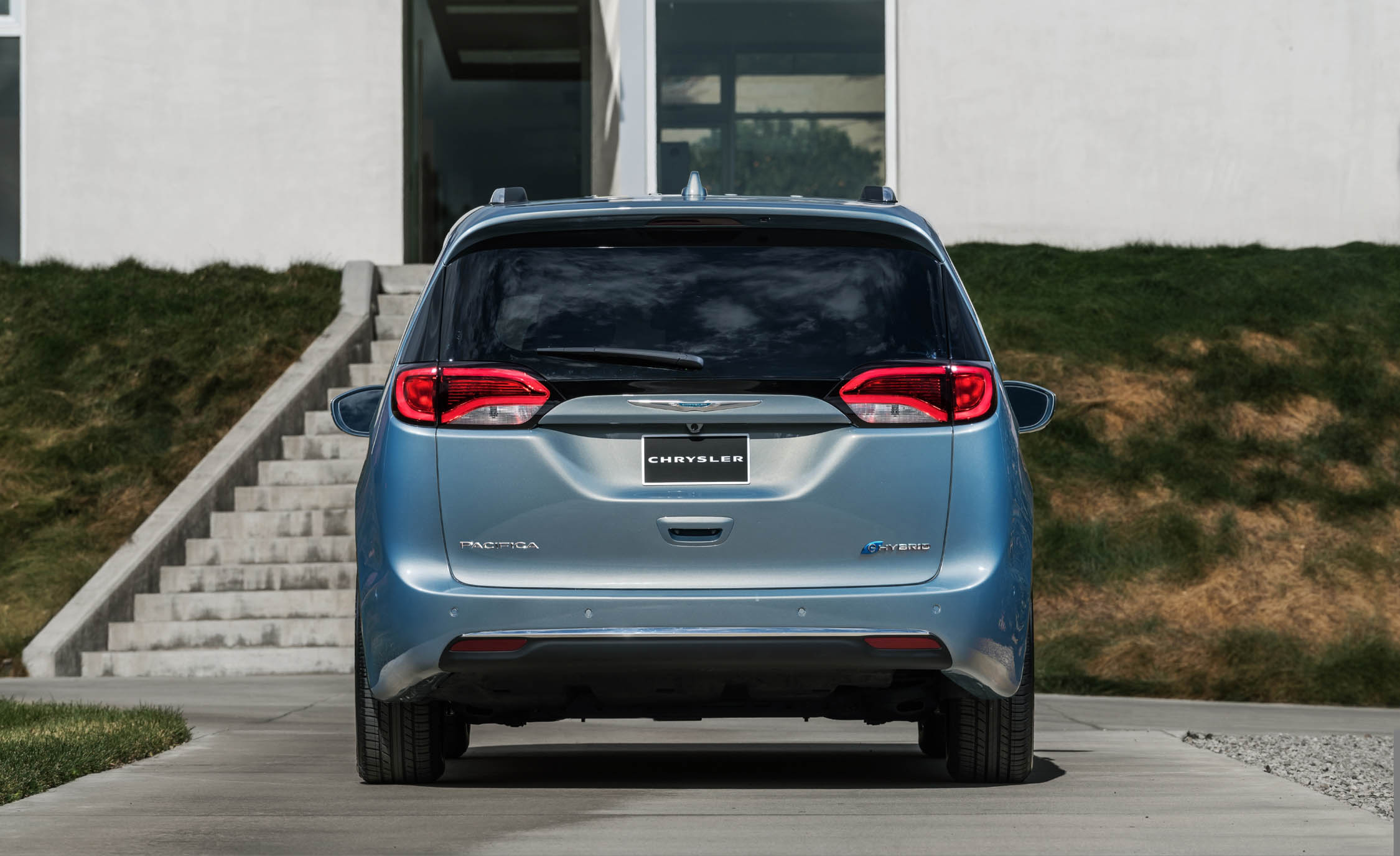 2017 Chrysler Pacifica Hybrid (Photo 1 of 10)