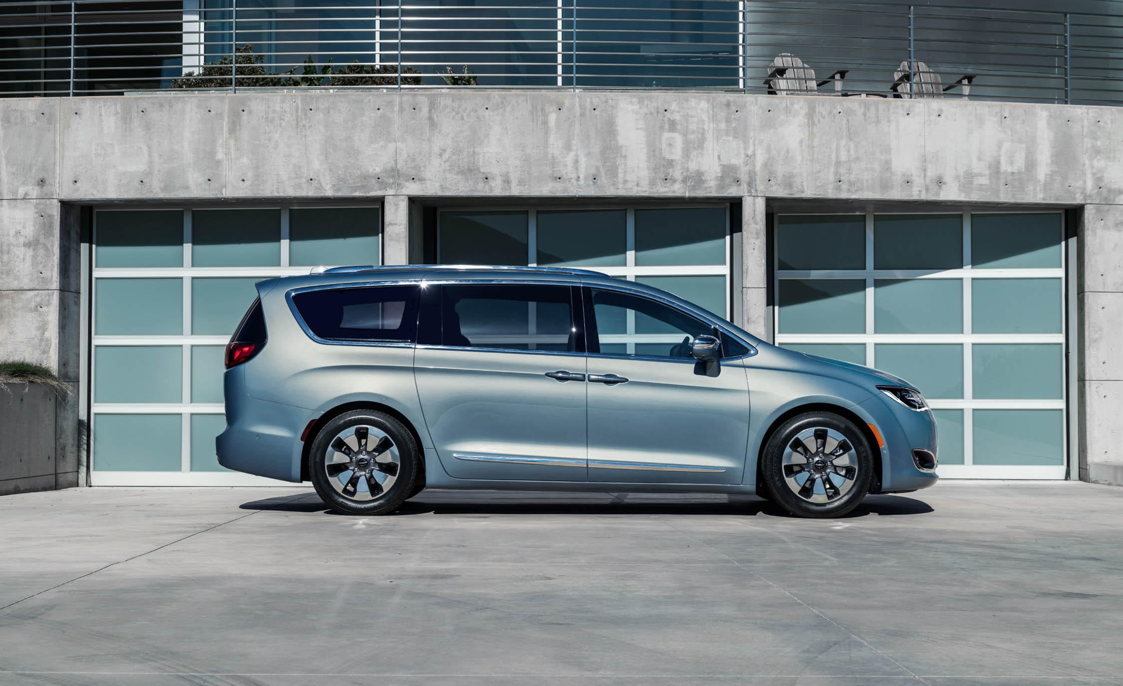 2017 Chrysler Pacifica Hybrid (Photo 3 of 10)