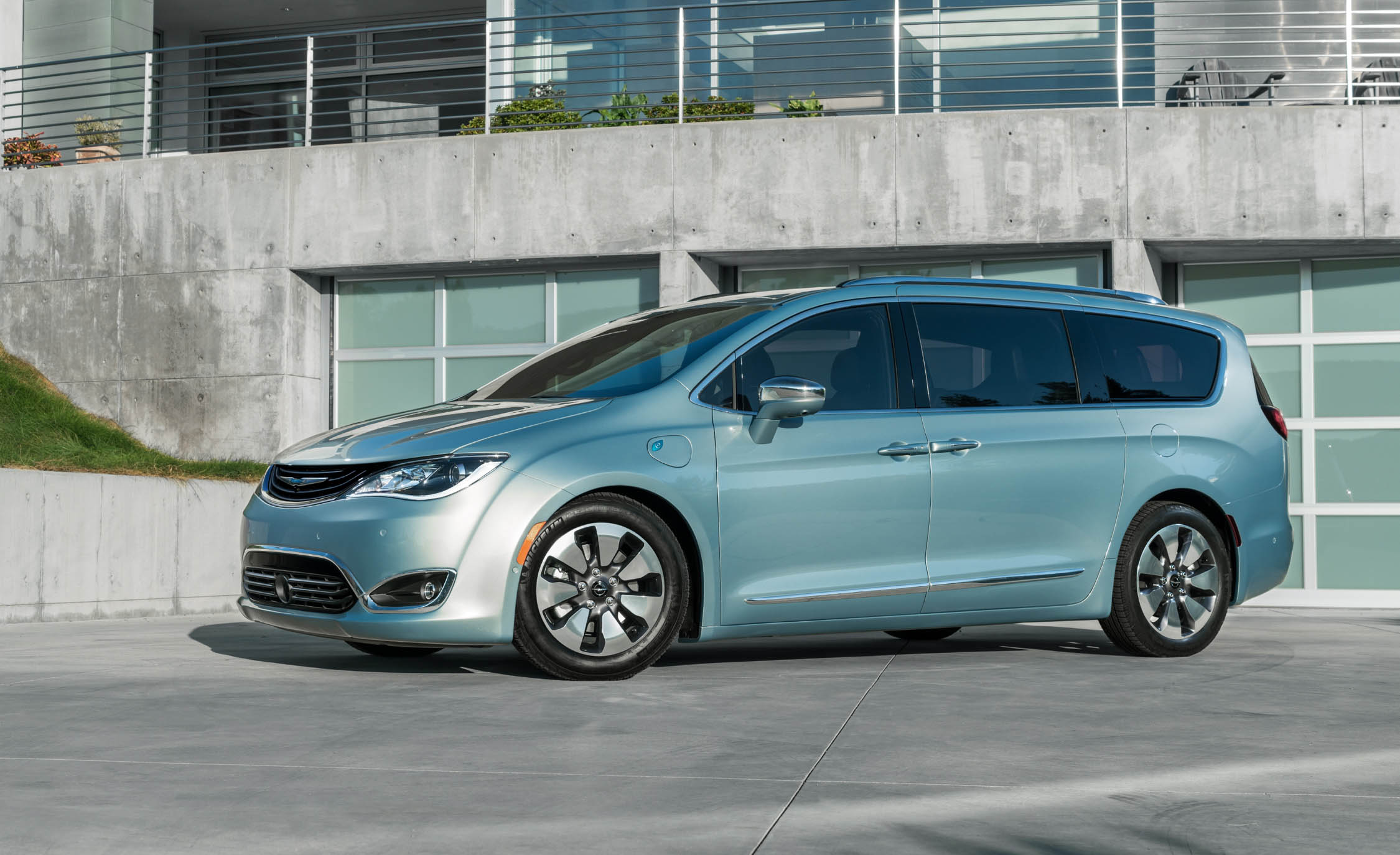 2017 Chrysler Pacifica Hybrid (Photo 5 of 10)