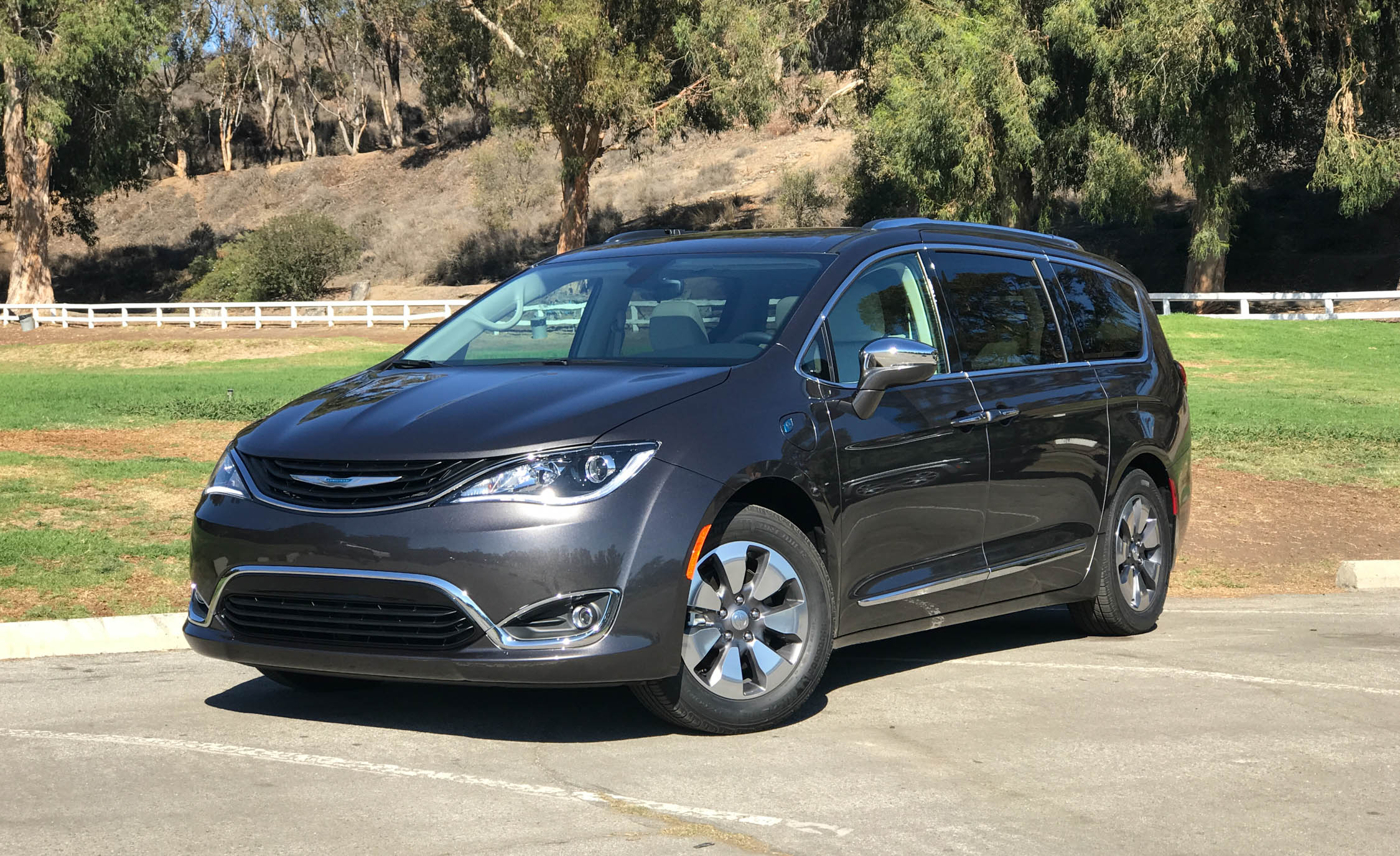 2017 Chrysler Pacifica Hybrid (Photo 10 of 10)
