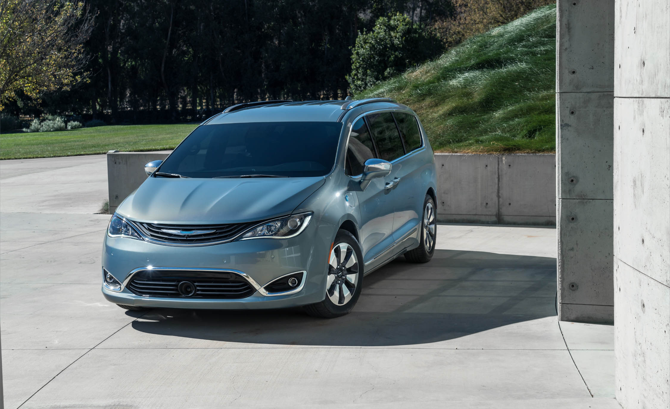 2017 Chrysler Pacifica Hybrid (Photo 7 of 10)