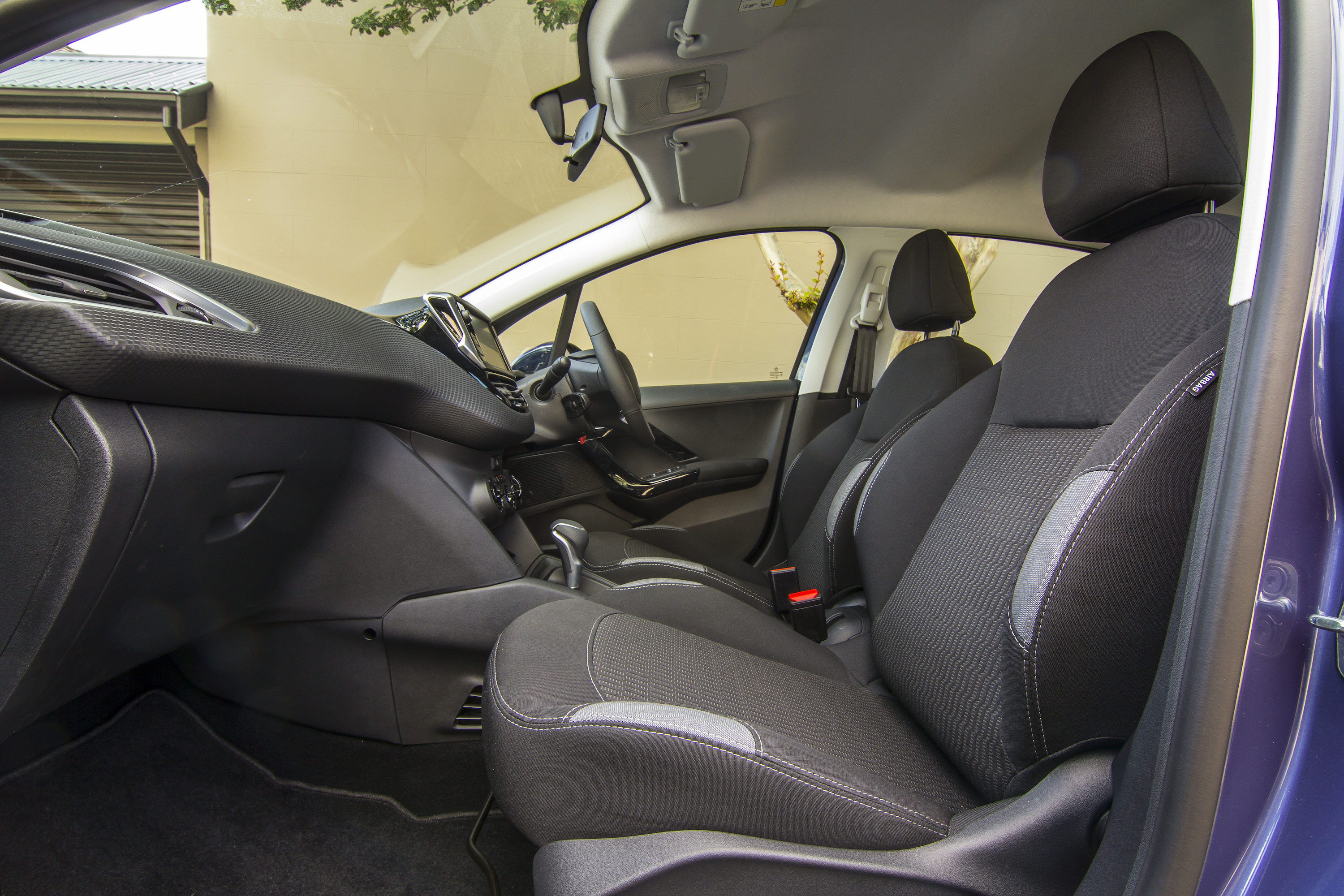 2016 Peugeot 208 Active Front Seats Interior (Photo 4 of 16)