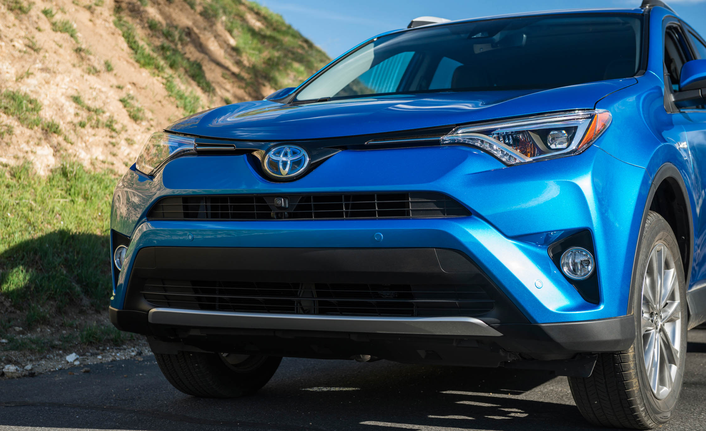 2016 Toyota Rav4 Hybrid Exterior Front End (Photo 6 of 26)